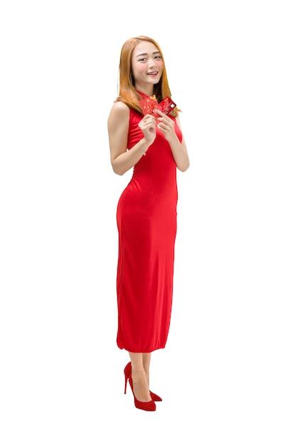 Ritratto della donna cinese con il vestito dal cheongsam che tiene le buste e la carta di credito rosse Foto Premium