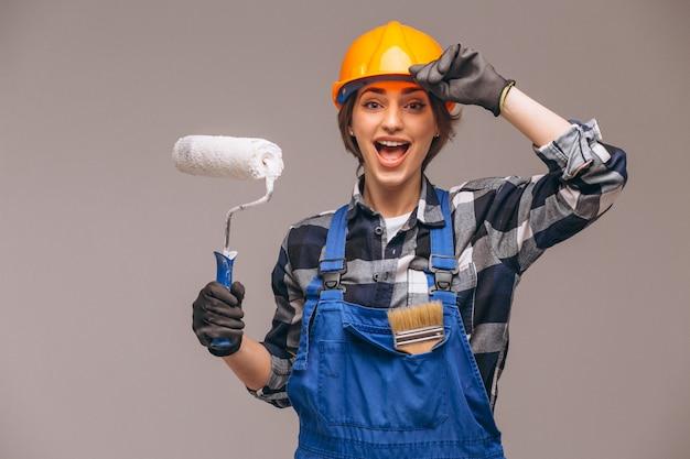 Ritratto della donna del riparatore con il rullo di pittura isolato Foto Gratuite