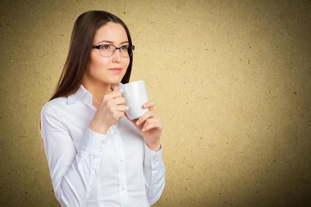 Ritratto della donna di affari con la tazza Foto Premium
