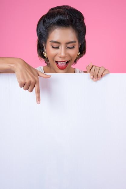 Ritratto della donna di modo che visualizza insegna bianca Foto Gratuite