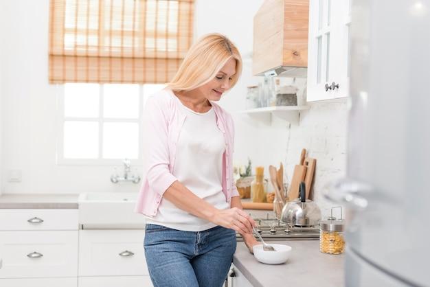 Ritratto della donna senior sveglia che mangia prima colazione Foto Gratuite