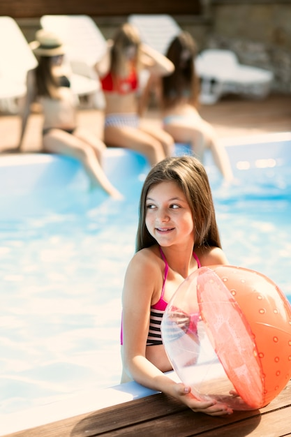 Ritratto della ragazza che tiene un pallone da spiaggia Foto Gratuite