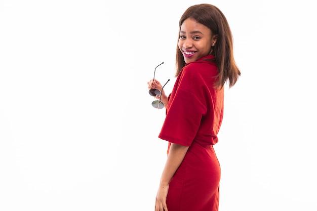 Ritratto della ragazza dalla carnagione scura isolata su fondo bianco Foto Premium