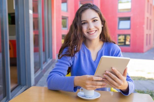 Ritratto della ragazza felice che passa in rassegna internet sul ridurre in pani Foto Gratuite