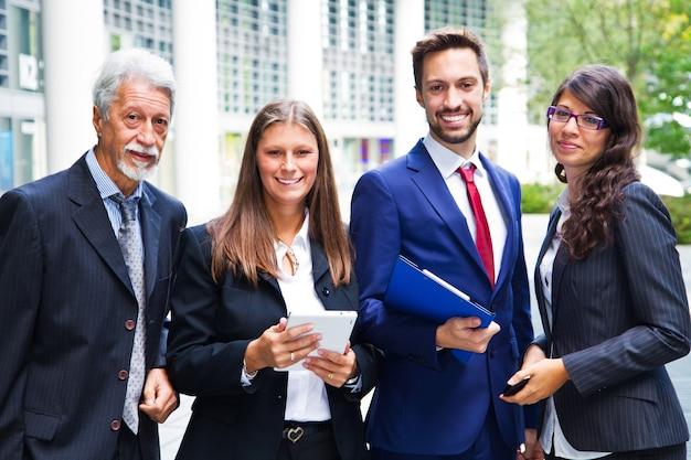 Ritratto della squadra di affari fuori dell'ufficio Foto Premium