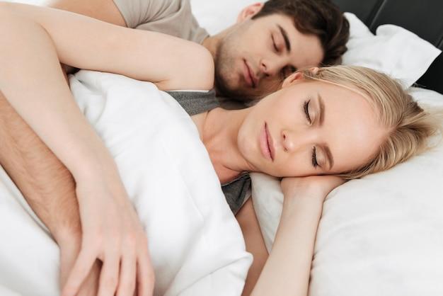 Ritratto delle coppie belle calme che dormono nel letto Foto Gratuite
