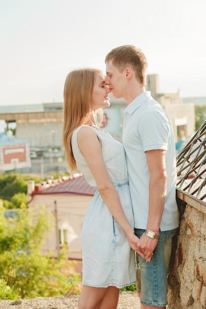 Ritratto delle coppie felici che abbracciano ridendo Foto Premium