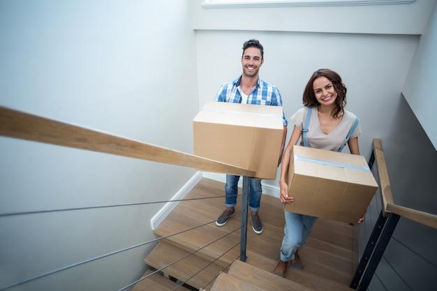 Ritratto delle coppie felici che tengono le scatole di cartone Foto Premium