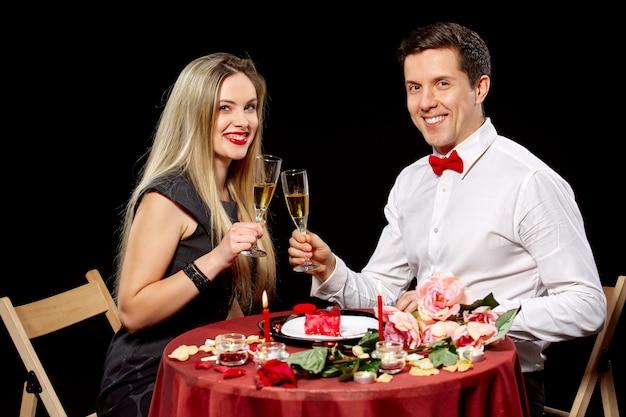 Ritratto delle coppie romantiche che tostano vino bianco alla cena Foto Gratuite