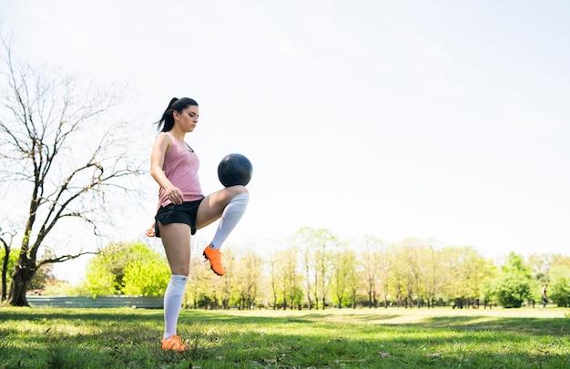 Ritratto di addestramento e di pratica di pratica del giovane calciatore femminile sul campo di football americano. concetto di sport. Foto Gratuite