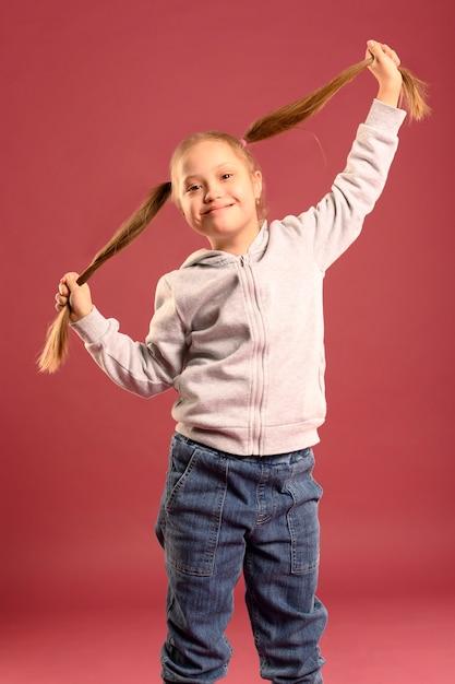 Ritratto di adorabile ragazza in posa Foto Gratuite