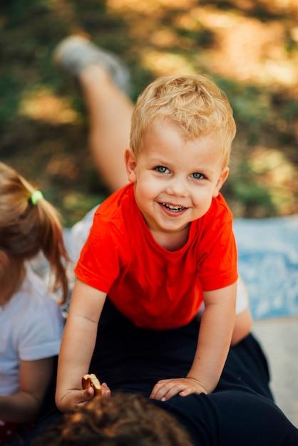 Ritratto di alto angolo di un bambino di smiley Foto Gratuite