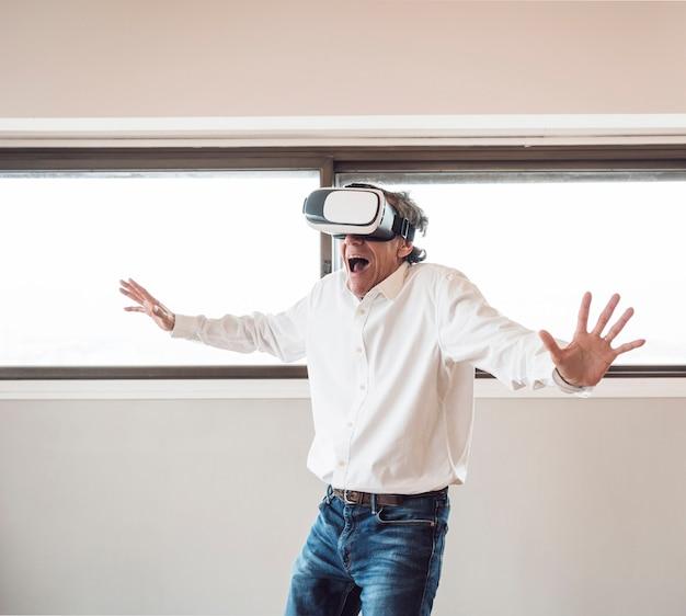 Ritratto di anziano uomo eccitato vivendo realtà virtuale Foto Gratuite