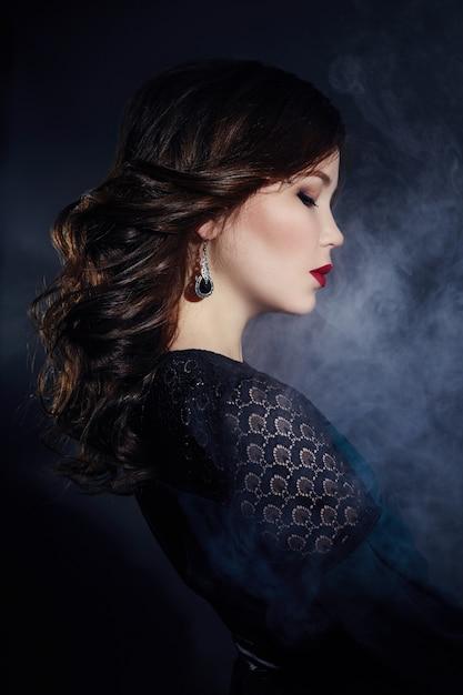 Ritratto di arte di una giovane donna bruna asiatica Foto Premium