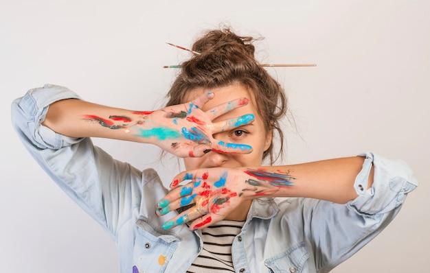 Ritratto di artista femminile con vernice sulle mani Foto Gratuite