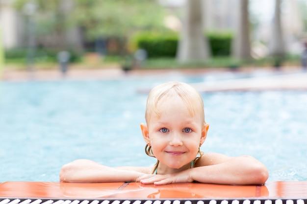 Ritratto di bambina felice in piscina scaricare foto gratis - Borsone piscina bambina ...