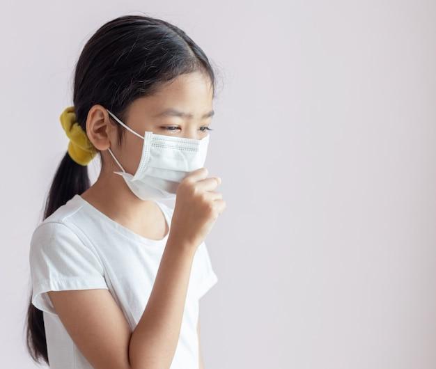 Ritratto di bambini che indossano maschere sanitarie e tosse Foto Premium