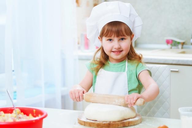 Ritratto di bambino carino chef felicità ridere Foto Premium