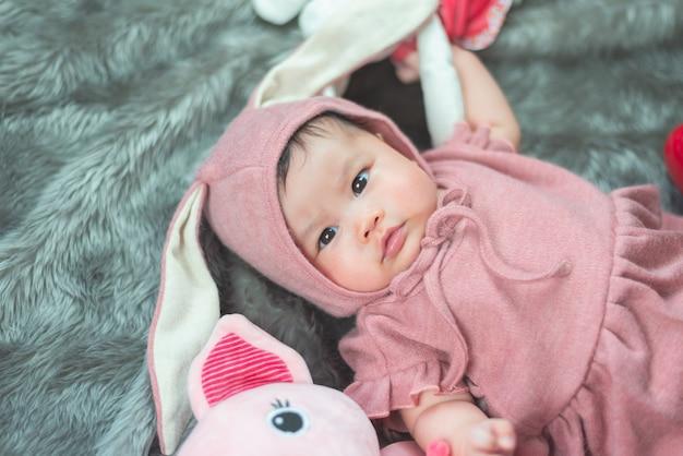 Ritratto di bambino carino nell'illuminazione dello studio Foto Premium