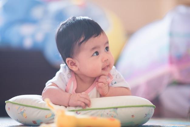 Ritratto di bambino carino sul pavimento Foto Premium