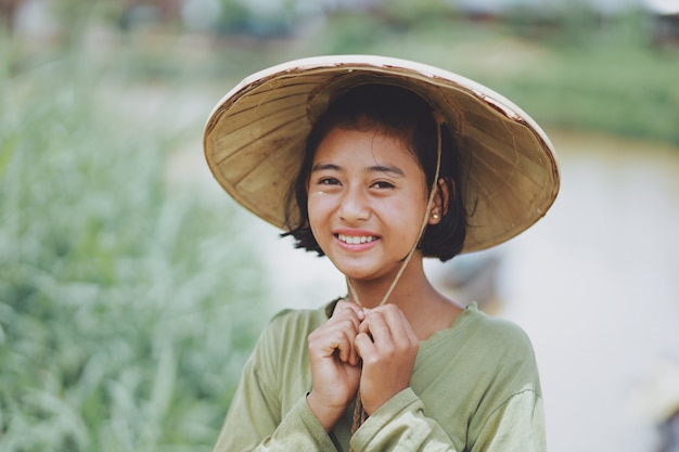 Ritratto di bella contadina birmana asiatica nel myanmar Foto Premium