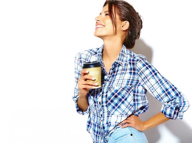Ritratto di bella donna adolescente alla moda cool in camicia a scacchi, tenendo la tazza di caffè in plastica. copia spazio disponibile. Foto Gratuite