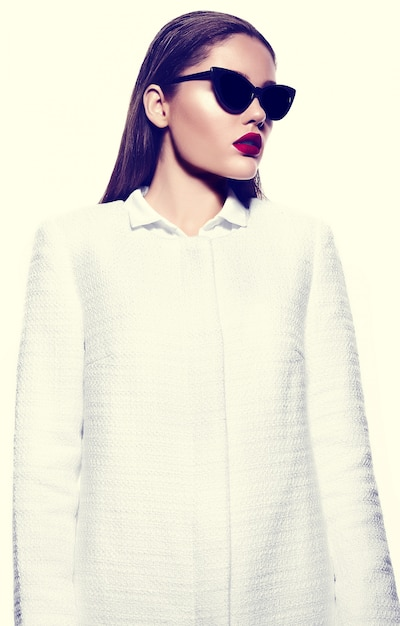 Ritratto di bella donna alla moda con le labbra rosse Foto Gratuite