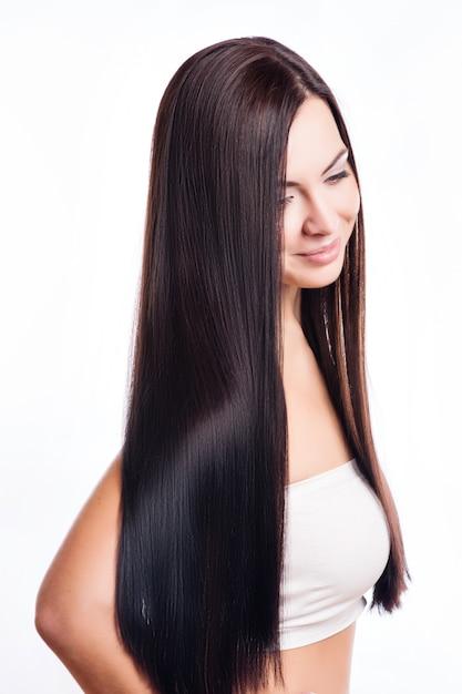 Ritratto di bella donna bruna con capelli sani Foto Premium
