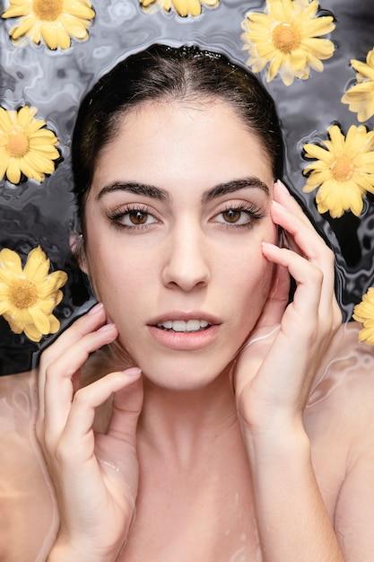 Ritratto di bella donna che gode del trattamento di cura della pelle Foto Gratuite