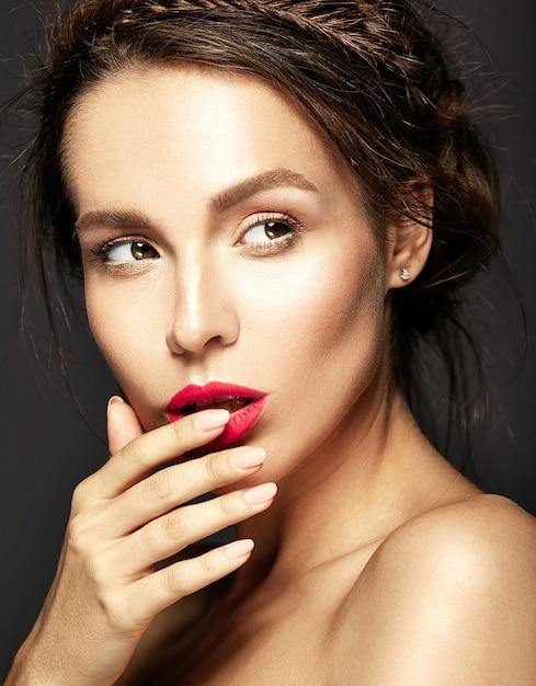 Ritratto di bella donna con trucco quotidiano fresco che tocca la sua bocca Foto Gratuite