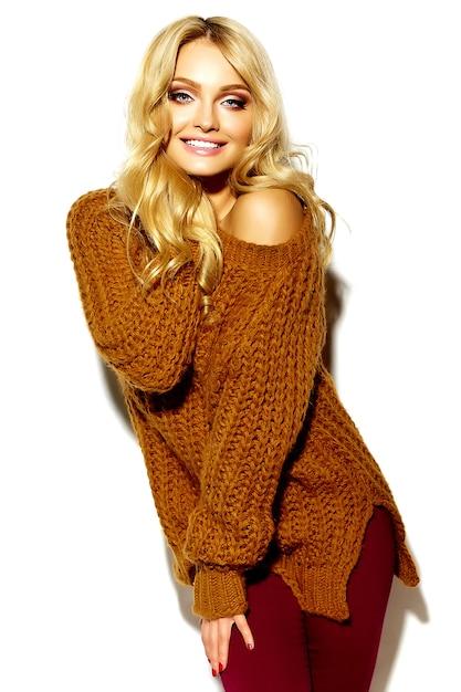 Ritratto di bella felice carina ragazza bionda donna sorridente in abiti invernali caldo casual hipster, in maglione marrone Foto Gratuite