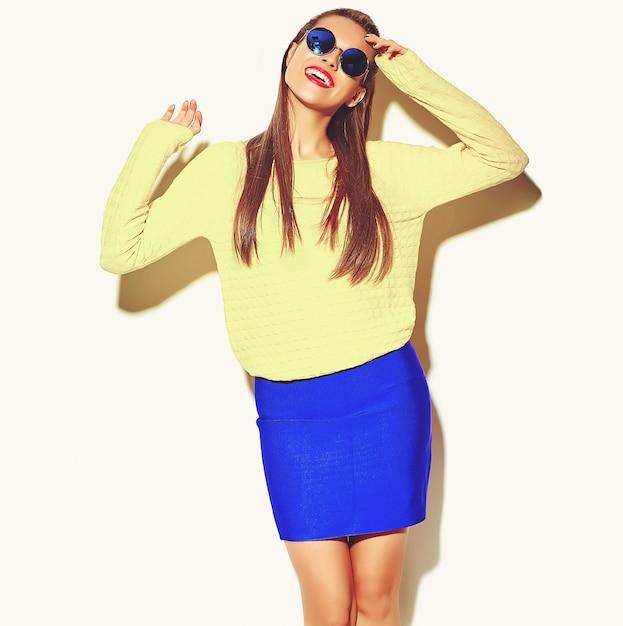 Ritratto di bella felice carina ragazza sorridente donna bruna in abiti casual colorati hipster estate giallo con labbra rosse isolate on white Foto Gratuite
