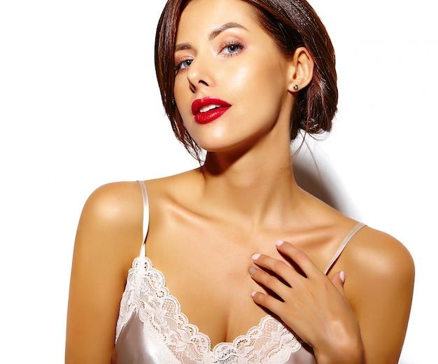 Ritratto di bella felice carina sexy donna bruna con labbra rosse in pigiama lingerie su sfondo bianco Foto Gratuite