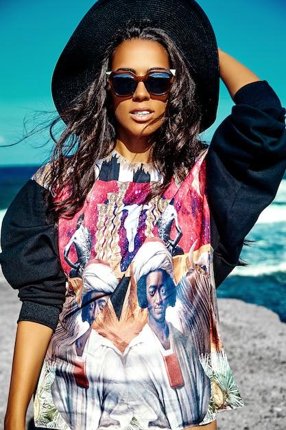 Ritratto di bella giovane donna alla moda alla spiaggia Foto Gratuite