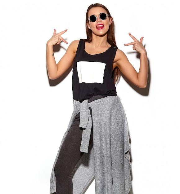 Ritratto di bella giovane donna alla moda con gli occhiali da sole Foto Gratuite