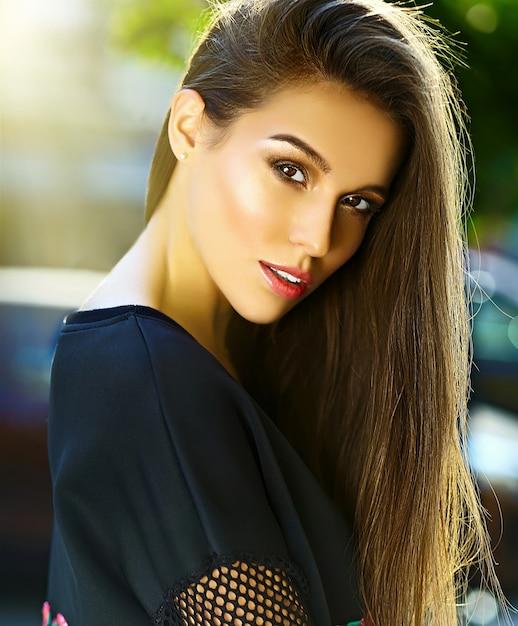 Ritratto di bella giovane donna alla moda nella via Foto Gratuite