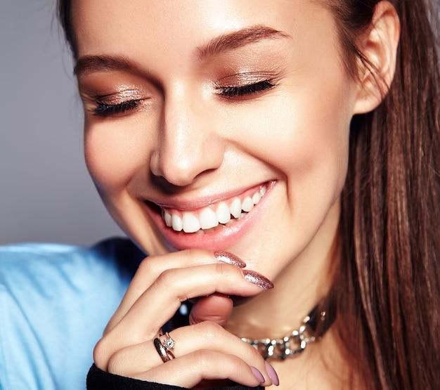 Ritratto di bella giovane donna alla moda Foto Gratuite