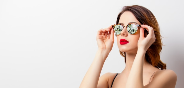 Ritratto di bella giovane donna in piedi sul meraviglioso Foto Premium