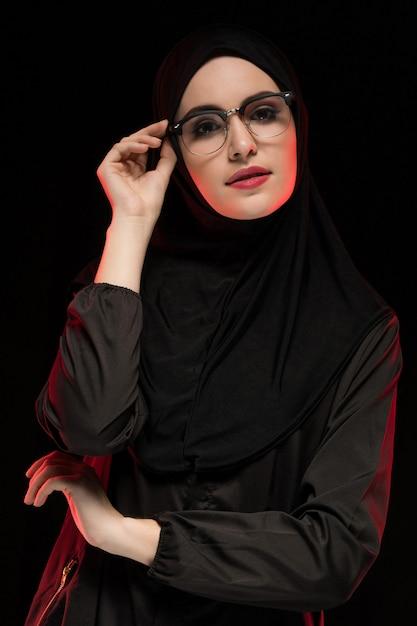Ritratto di bella giovane donna musulmana d'avanguardia che indossa hijab e vetri neri come posa orientale moderna di concetto di modo Foto Premium