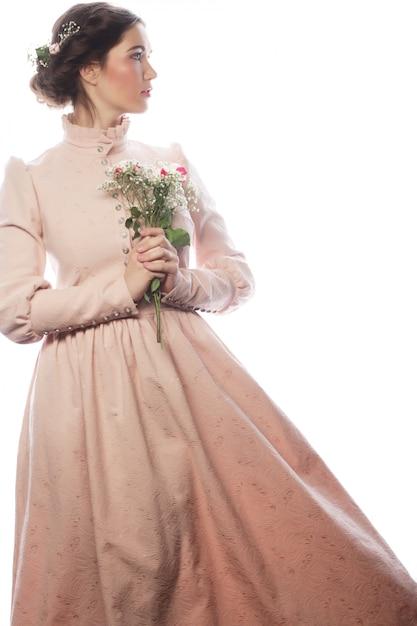 Ritratto di bella giovane sposa in abito rosa Foto Premium