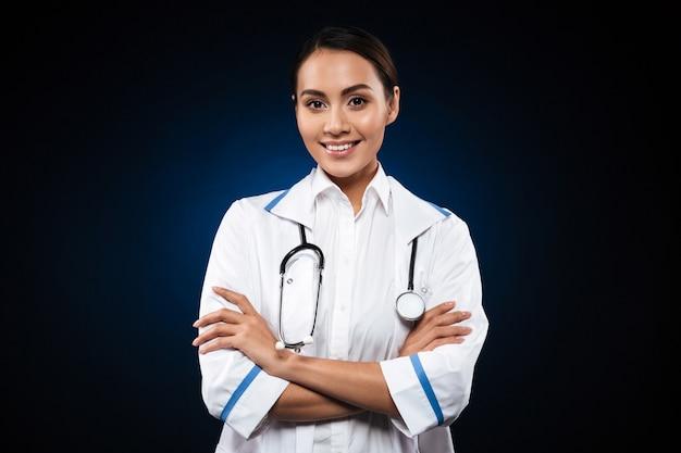 Ritratto di bella infermiera del brunette isolata sopra il nero Foto Gratuite