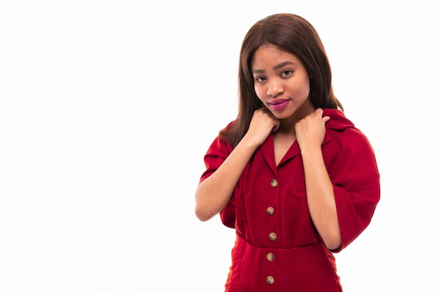 Ritratto di bella ragazza afroamericana espressiva possing sullo sfondo Foto Premium