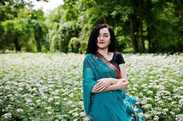 Ritratto di bella ragazza indiana brumette o modello donna indù. costume tradizionale indiano lehenga choli. Foto Premium