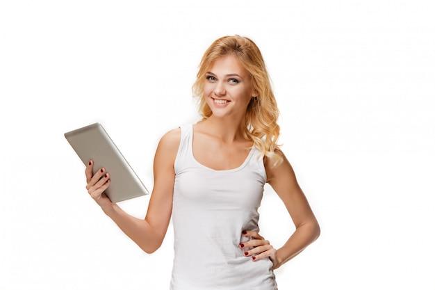 Ritratto di bella ragazza sorridente con il portatile moderno Foto Gratuite
