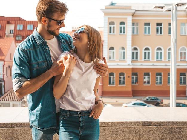 Ritratto di bella ragazza sorridente e il suo bel ragazzo. donna in abiti casual jeans estivi. Foto Gratuite