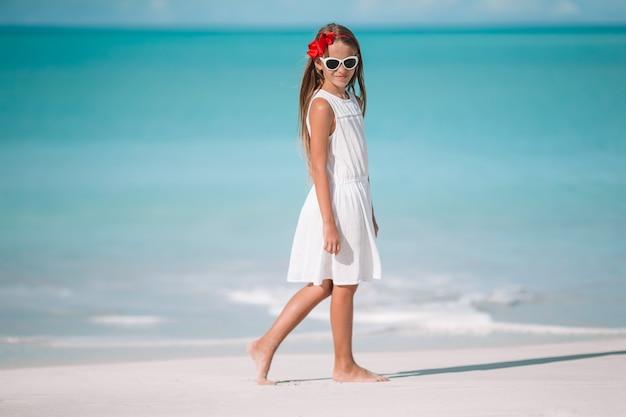 Ritratto di bella ragazza sulla spiaggia ballare Foto Premium