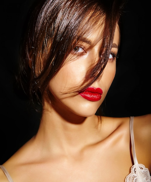 Ritratto di bella sensuale carina donna bruna sexy con labbra rosse in pigiama lingerie su sfondo nero. con i capelli che coprono i capelli Foto Gratuite