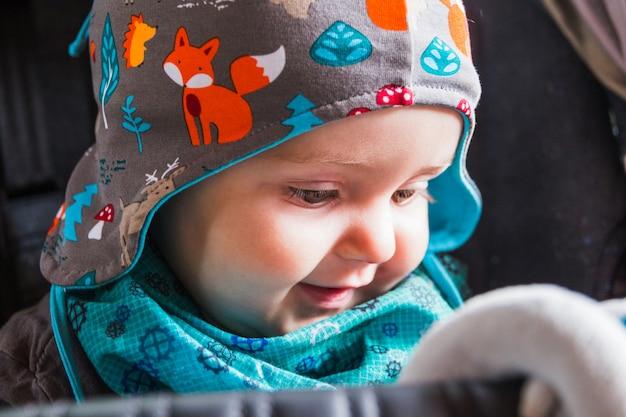 Ritratto di bella sorridente bambino carino Foto Premium