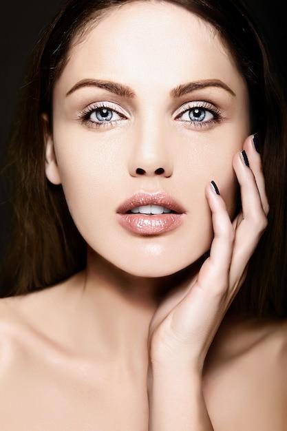 Ritratto di bellezza del primo piano look.glamor di alta moda di bello modello caucasico della giovane donna con trucco nudo con pelle pulita perfetta Foto Gratuite