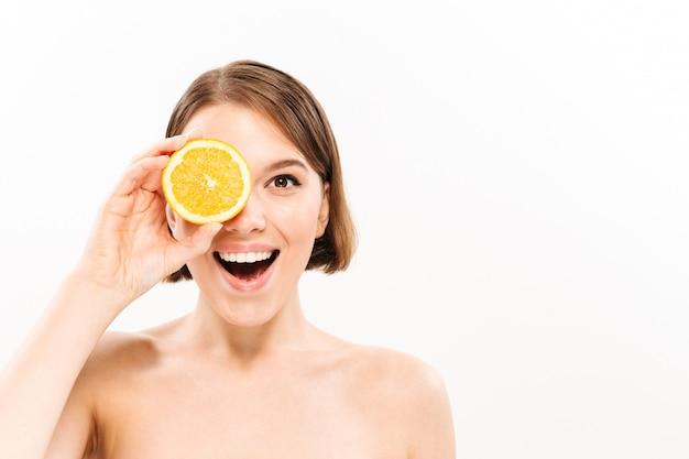 Ritratto di bellezza di una donna mezza nuda felice Foto Gratuite